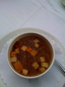 Zwiebelsuppe mit Brotcroutons
