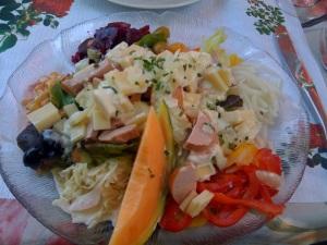 Wurst Käse Salat garniert