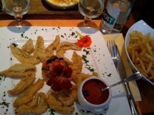 Filets de perche avec sauce tomate et olive
