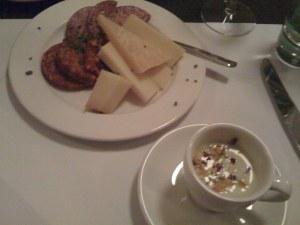 Fleisch und Käse mit Kräutersüppchen