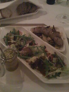 Carpaccio vom Frischlingschinken mit Herbstsalaten und Käse kombiniert mit Wildlebermousse mit Pistazien und Hasellnusscrème und Wildbratwurst auf Pilz-Endivien-Ragout mit Zwiebeln