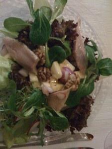 Matjeshering auf Apfel- und anderen Salaten