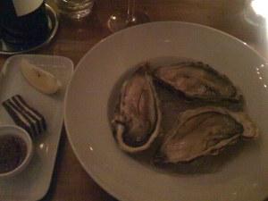 Loche Fyne Austern mit Schalottenessig und Pumpernickel
