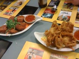 Fish Cakes (Thot man pla) und fritierte Teigtaschen (Wan Tan)