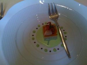 Un carré de gros dormeur et d'écrevisse patte rouge en vinaigrette de menthe verte et de coriandre, chutney d'hiver au potimarron