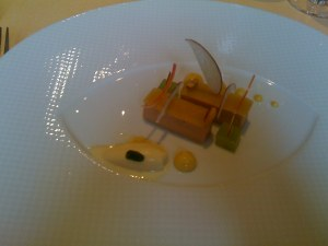 Des bâtonnets de foie gras de canard aux fruits coques et pommes, une crème légère et une glace aus maïs fumé.