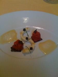 Le boeuf du pays battu aux truffes noires melanosporum, une crème prise de choux-fleurs et des grains de riz soufflés