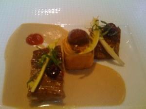 Le coeur de filet de veau aux aromatiques et aux barbes de capucin, coulis aux baies de roses sauvages, un petit pâté breton aux châtaignes