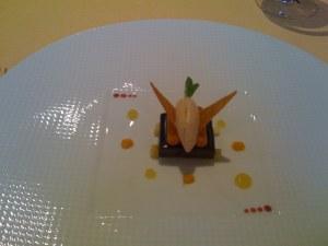 Un fondant de chocolat pur Caraïbes aux clémentines et aux ananas, des tuiles croustillantes et une glace au pain d'épices