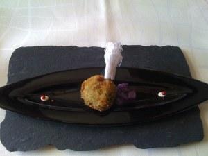 Panierte Wachtelkeule mit violettem Kartoffelsalat