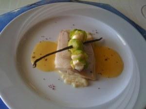 Saiblingsfilet in Butter sanft pochiert auf Schwarzwurzelpurée mit soufflierten Rosenkohlblättern, Beurre Blanc mit Vanille und Seeigel
