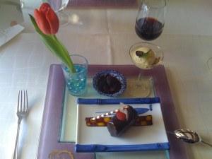 Puffreis mit Maracaibo Schokolade, Koriander-Thymianeis, Schwarze Kirschen mit Bittermandeln