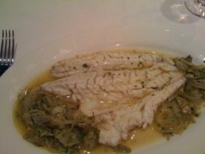 Tagesfisch (Wolfsbarsch) gegaart in einem Artischokensud mit Risotto