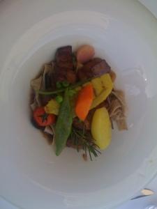 Sautierte Kalbsleberwürfel an Portweinsirup mit Olivenlinguine und Sommergemüse