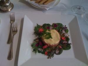 Tartar vom Piemonteser Rind mit Hollandaise Espuma, jungem Salat