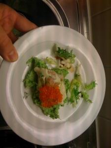 Kalt gebeizter Saibling mit Fishsupreme auf Erbsenmousse und Forellenkaviar