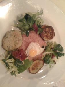 Carne cruda mit Blini und Wachtelei