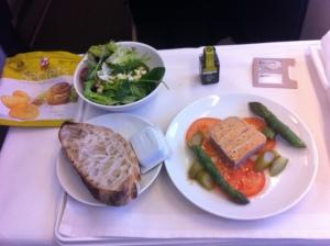 Vitello Tonato - Kalbfleischthunfischterrine, Tomatenscheiben, grüner Spargel